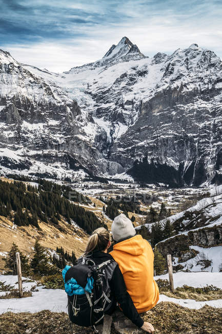 Couple regardant la vue sur la montagne enneigée, Grindelwald, Suisse — Photo de stock