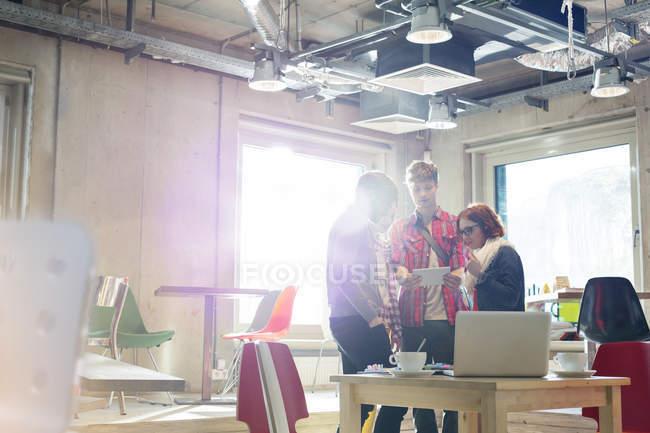 Випадковий ділових людей, що використовують цифровий планшетний в Сонячний office — стокове фото