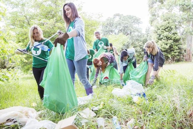 Эколог добровольцев, сбор мусора в поле — стоковое фото