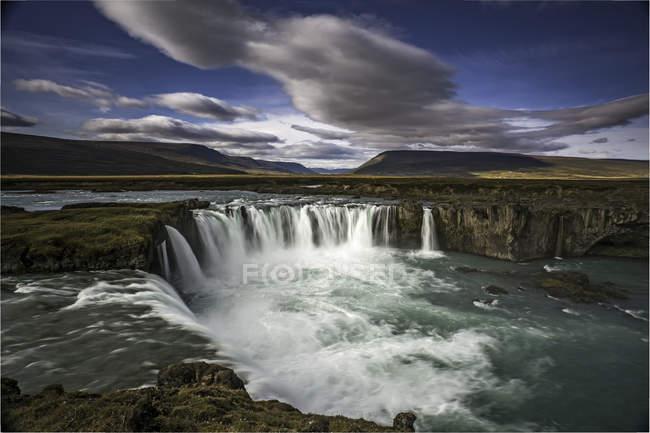 Vista da cachoeira do penhasco sob as nuvens — Fotografia de Stock