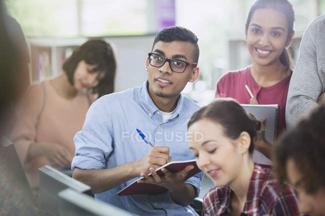 Les étudiants prennent des notes en classe — Photo de stock