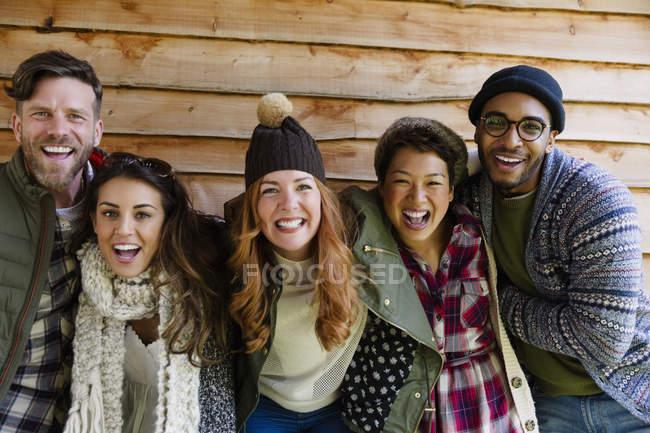 Retrato amigos entusiastas fuera de cabina - foto de stock
