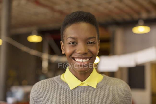 Gros plan portrait femme d'affaires souriante dans un bureau moderne — Photo de stock