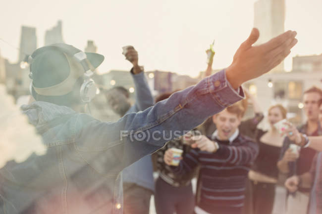Молодих дорослих друзів веселилося для Dj на даху партії — стокове фото