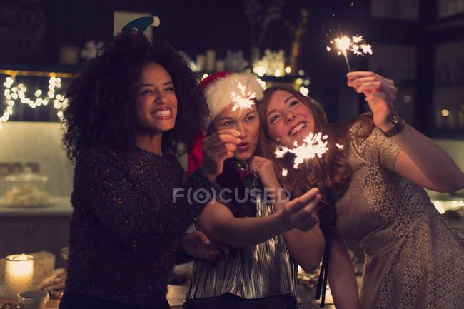 Грайливий молодих жінок з бенгальські вогні — стокове фото