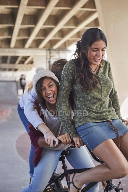 Verspielte Mädchen im Teenageralter mit Bmx-Fahrrad im Skatepark — Stockfoto