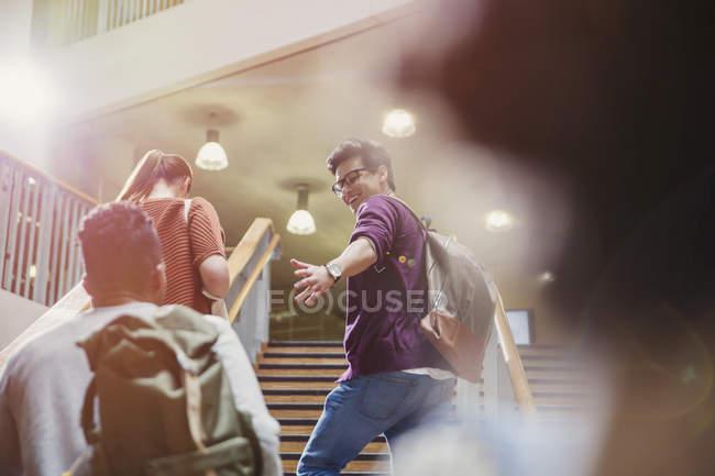 Студенты колледжа, восходящей лестнице вместе — стоковое фото