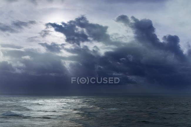 Nuvole nel cielo sopra l'oceano, Devon, Regno Unito — Foto stock