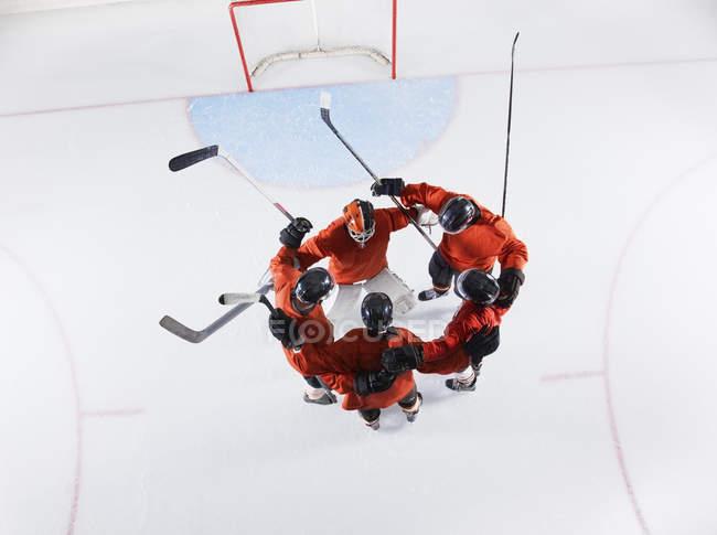 Хоккейная команда с видом сверху в красной форме, облегающей лёд — стоковое фото
