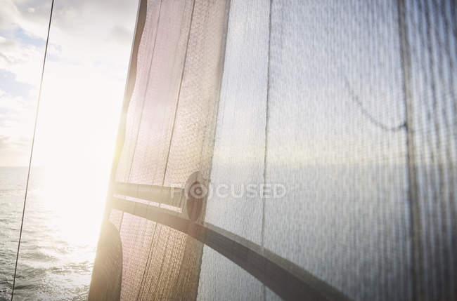Segeln Sie Sonne gegen Segelboot — Stockfoto
