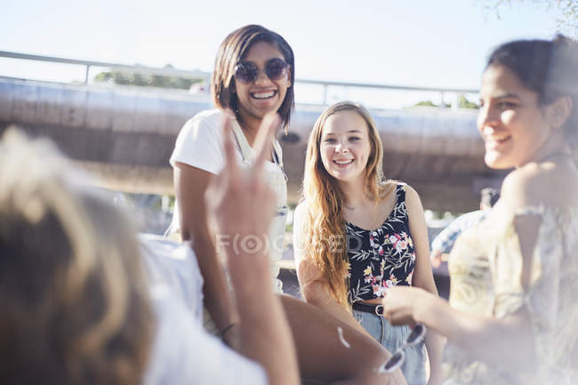 Teenage friends hanging out gesturing peace sign — Stock Photo