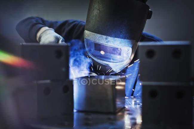 Schweißer mit Schweißbrenner auf Teil im Stahlwerk — Stockfoto