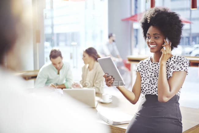 Geschäftsfrau, reden und Handy und mit digital-Tablette — Stockfoto