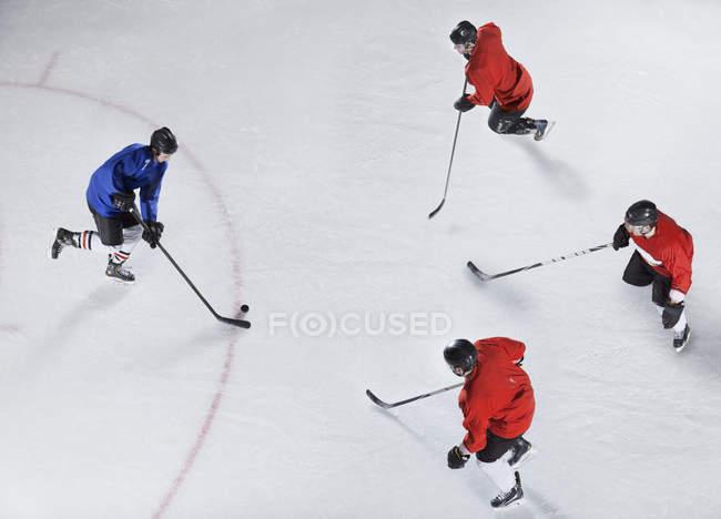 Eishockey-Verteidiger bewacht Gegner mit Puck auf dem Eis — Stockfoto