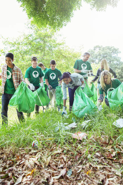 Environmentalist volunteers picking up trash — Stock Photo