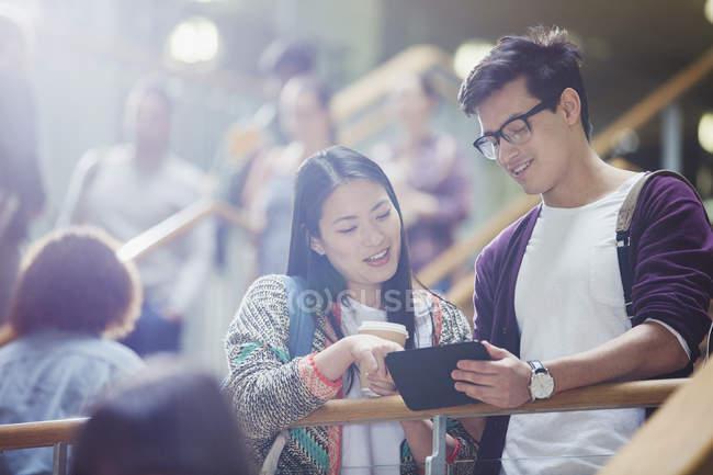 Studenti di College utilizzando la tavoletta digitale in scala — Foto stock
