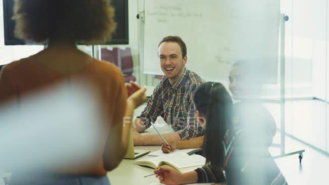 Studenti di College ascoltando il professore in aula — Foto stock