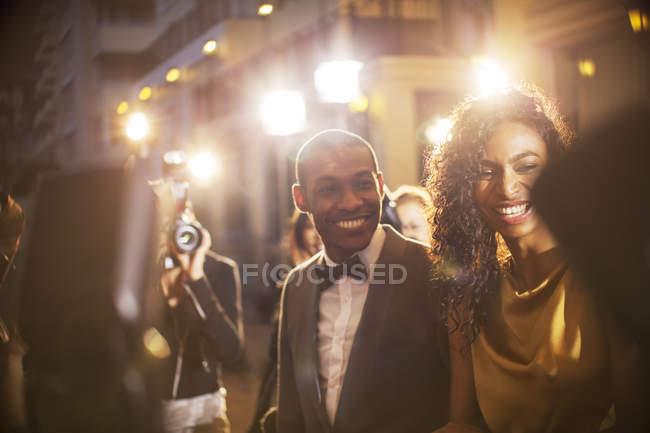 Усміхаючись знаменитості пару сфотографували папарацці на заході — стокове фото