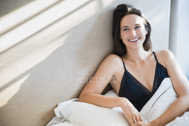 Lächelnde Frau in Morgen Bett entspannen — Stockfoto