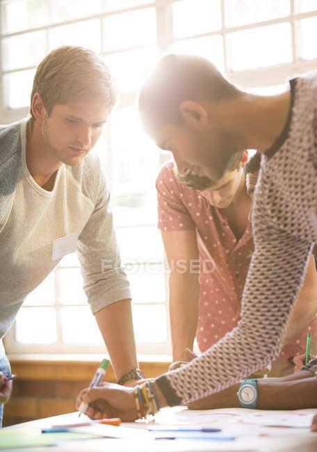 Kreative Geschäftsleute am Tisch — Stockfoto