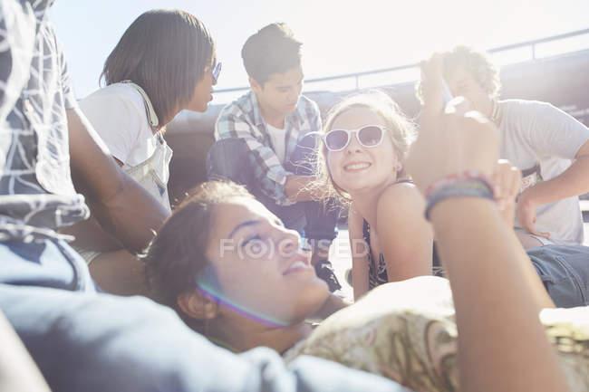 Друзья-подростки тусуются в солнечный день — стоковое фото