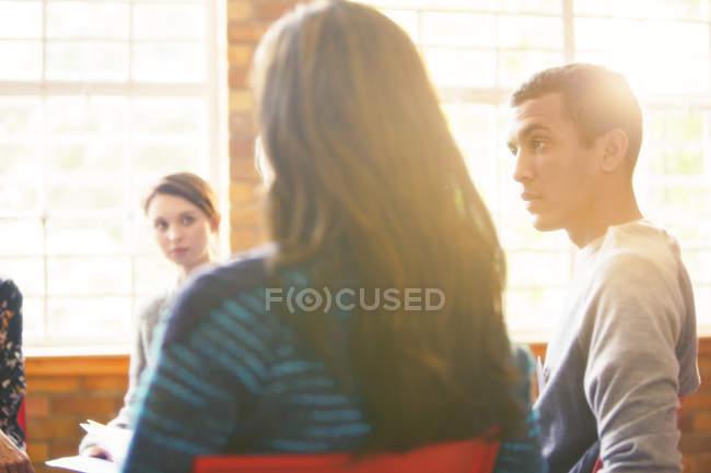 Homem ouvindo em sessão de terapia de grupo — Fotografia de Stock