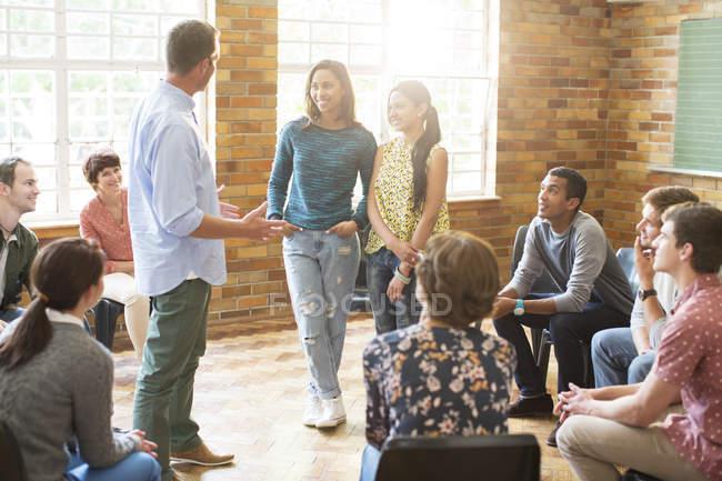 Чоловік та жінки говорили в групової терапії сесії — Stock Photo