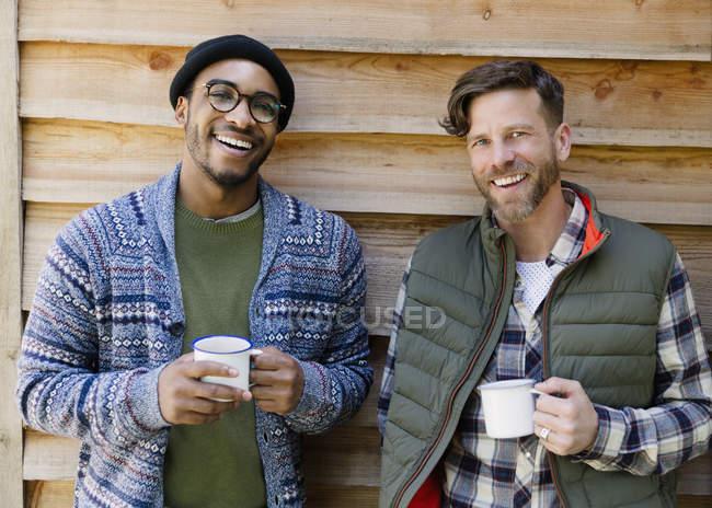 Портрет посміхаючись чоловіків, пити каву за межами салону — стокове фото