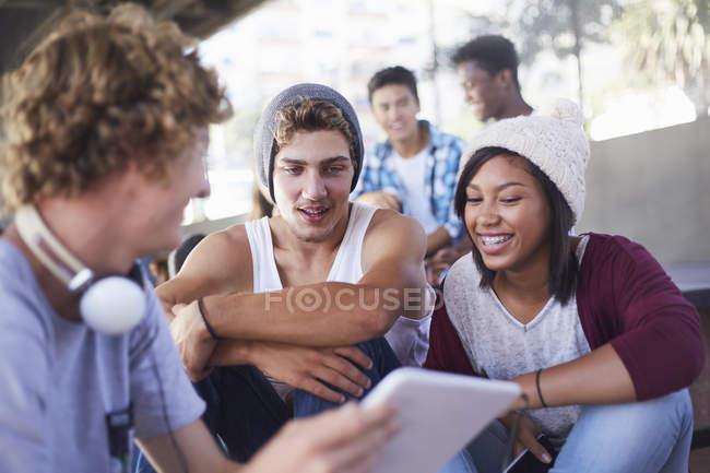 Adolescents amis traîner en utilisant une tablette numérique — Photo de stock