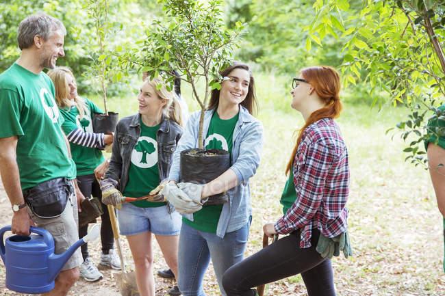 Добровольцы-экологи сажают новые деревья — стоковое фото
