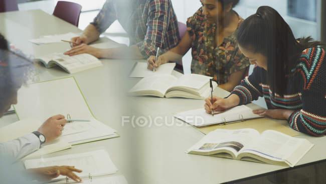 Estudiantes estudiar juntos en la mesa - foto de stock