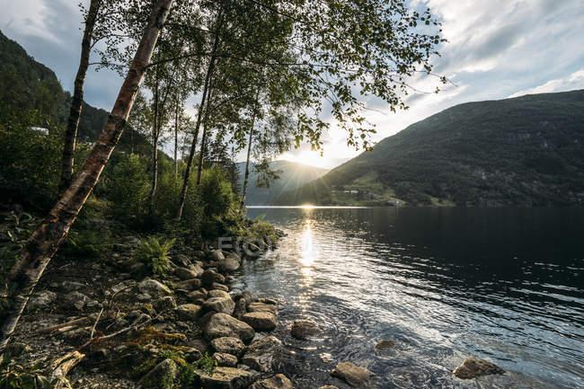 Pôr do sol sobre o lago tranquilo, Noruega — Fotografia de Stock