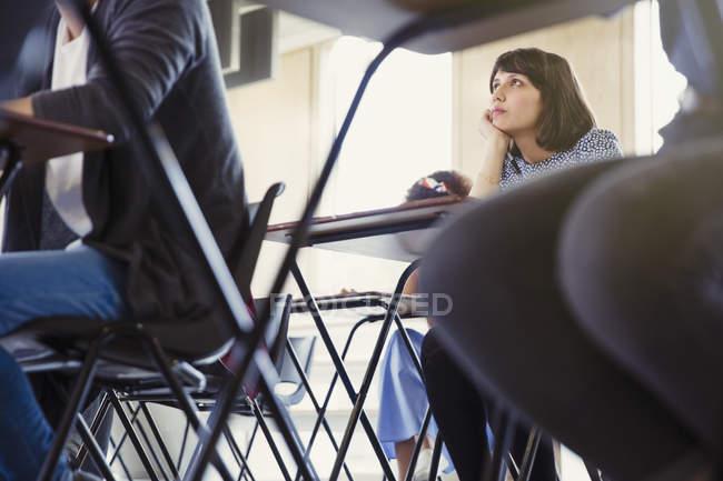 Aula ascolto studente di college femminile — Foto stock