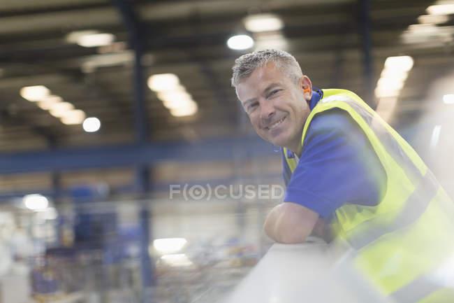 Улыбающийся портрет руководителя сталелитейного завода — стоковое фото