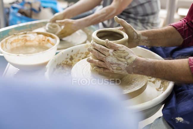 Senior benutzt Töpferscheibe im Atelier — Stockfoto