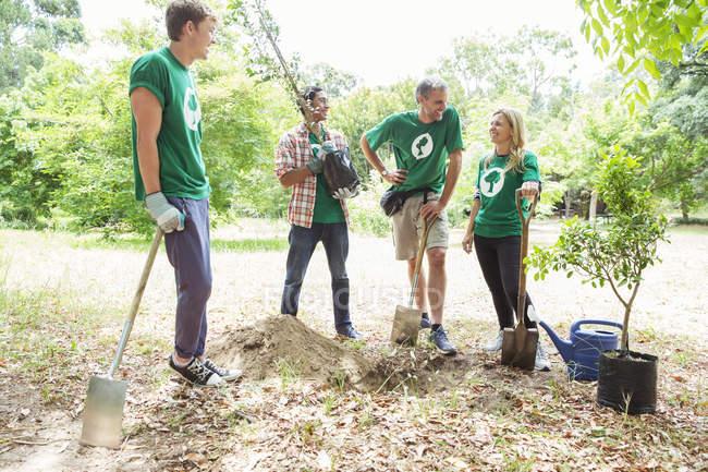 Добровольцы-экологи сажают новое дерево — стоковое фото