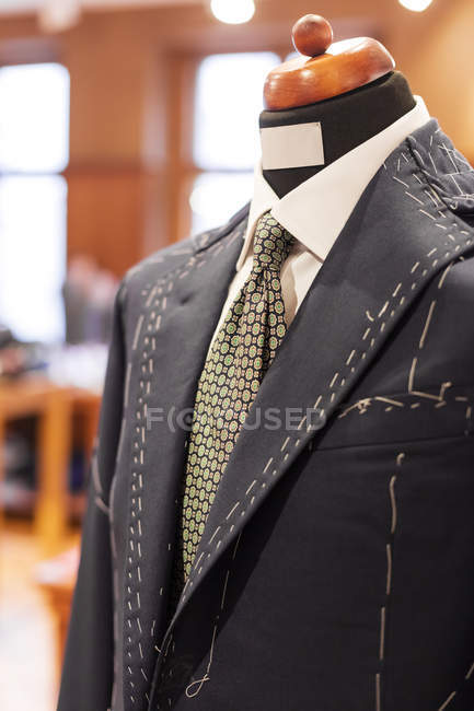 Nahaufnahme Maßanzug Schneidern Modell im Herrenmode shop — Stockfoto