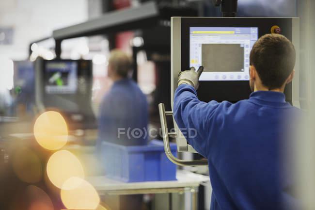 Работник пульта управления сталелитейного завода — стоковое фото
