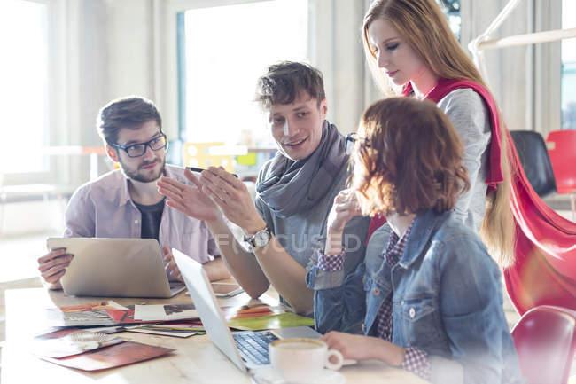 Творчі ділових людей, які відповідають в конференц-залі — стокове фото