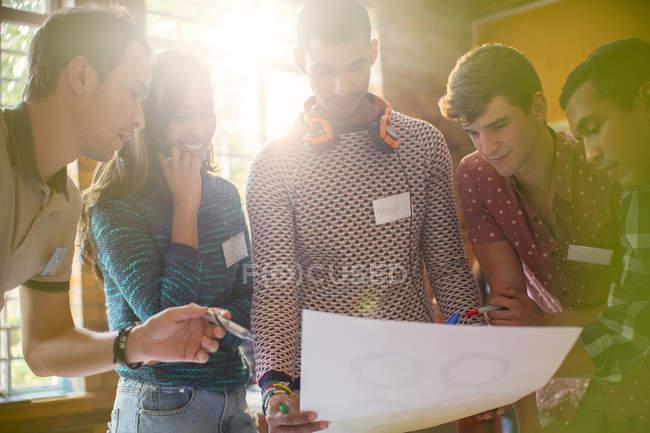 Творческие бизнесмены рассматривают доказательства на встрече — стоковое фото