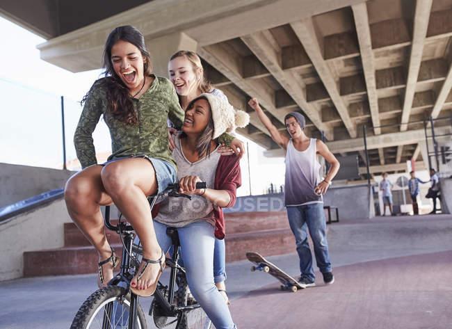 Verspielte Teenager Freunden Fahrrad Bmx und Skaten im Skatepark — Stockfoto