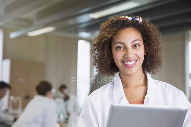 Ritratto sorridente studente di college con tavoletta digitale in aula laboratorio di Scienze — Foto stock