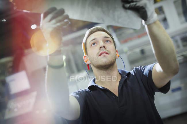 Trabalhador inspecionando aço numa fábrica de aço — Fotografia de Stock
