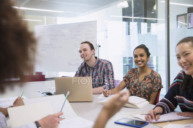 Студенти навчаються в класі разом — стокове фото