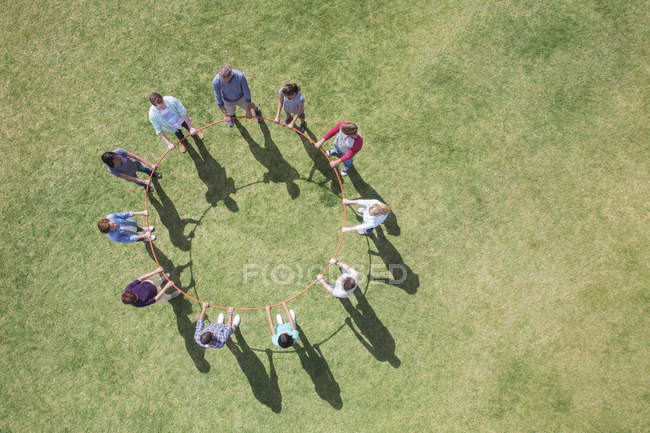 Вид зверху команди, пов'язані в коло навколо пластикові Хооп — стокове фото