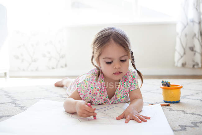 Дівчина на поверсі креслення з крейда — стокове фото
