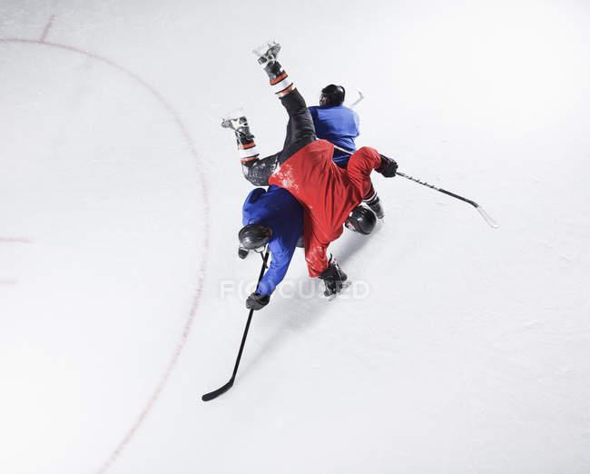 Хоккеисты сталкиваются на льду — стоковое фото