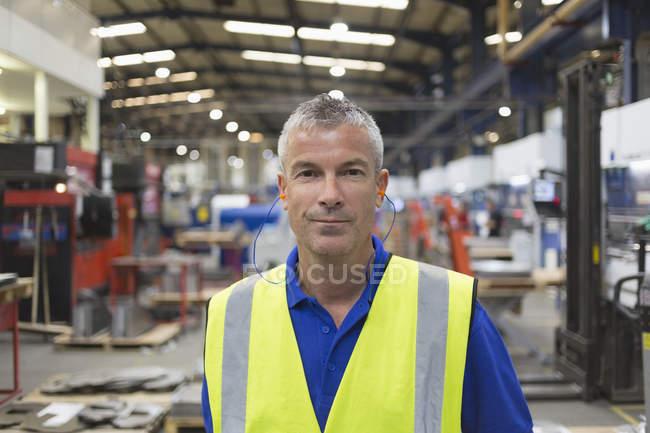 Портрет уверенный рабочий на сталелитейном заводе — стоковое фото