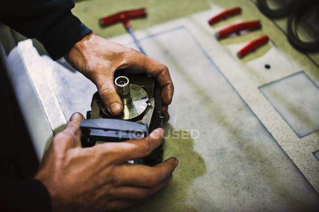 Працівник монтажних частин в сталевих заводу — стокове фото
