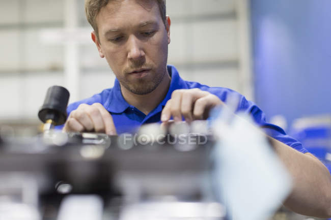 Worker examining machinery in steel factory — Stock Photo